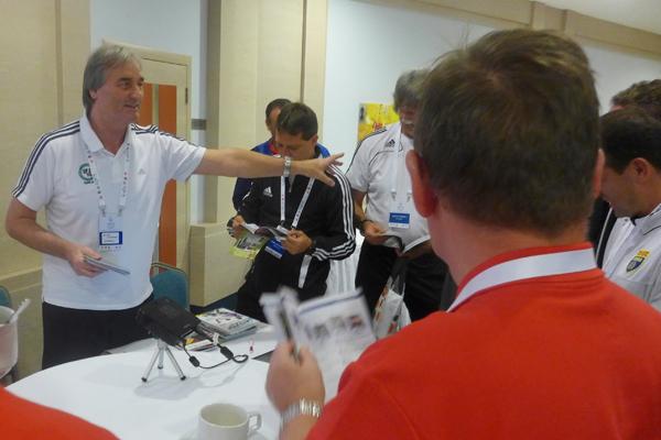 P. Schreiner informiert Trainer und Delegierte über Fußball-Software und Fußball-DVDs